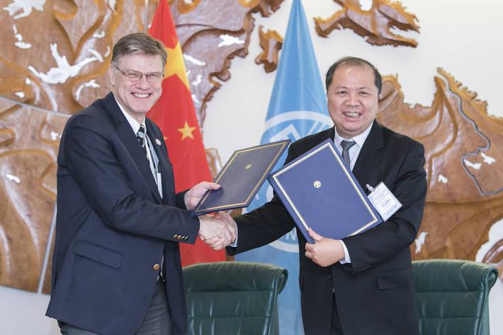 Photo: ©FAO - Árni M. Mathiesen, Vicedirettore Generale della FAO per la Pesca e l'Acquacoltura, alla firma dell'accordo con Wang XiaoHu, Presidente della CAFS, nella sede romana della FAO
