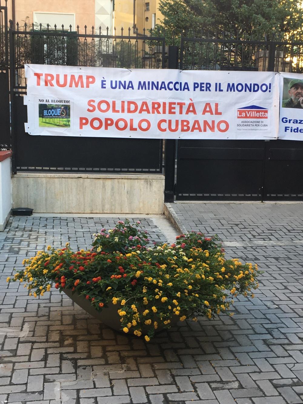 Striscione esposto in ambasciata di Cuba a Roma