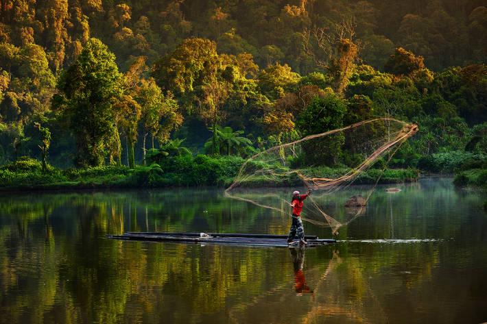Pescatore nel lago di Gede Pangrango in Indonesia