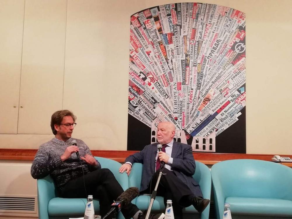 Il giornalista Gustav Hofer intervista il prof. De Masi (foto G. Nitti)