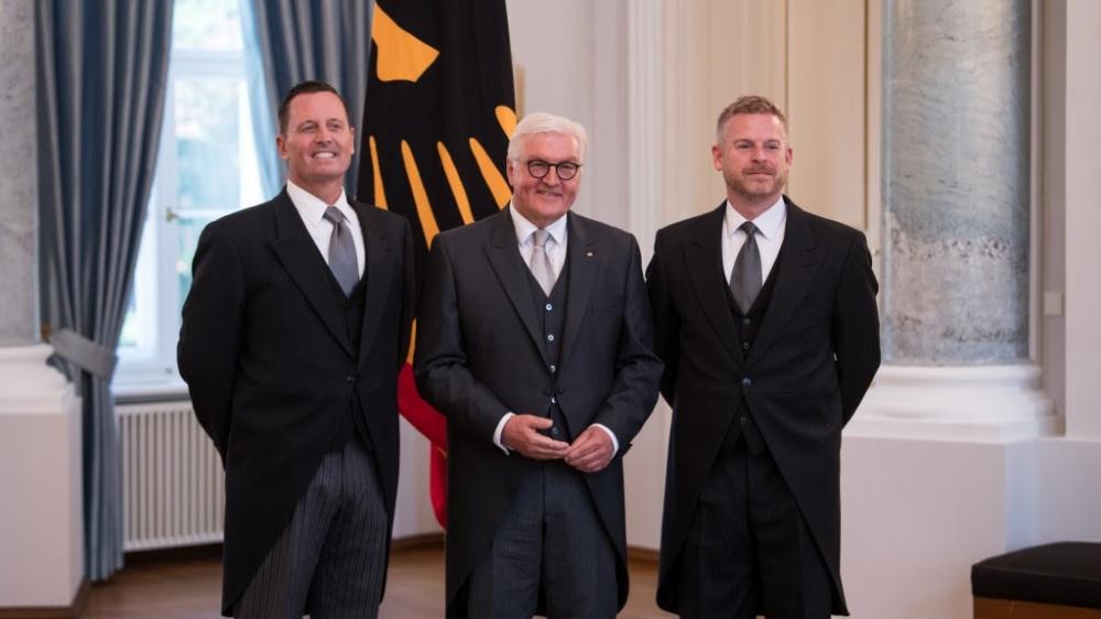 L´amb. USA Richard Grenell (a sinistra), il presidente Steinmeier, Matt Lashey (al centro), e il partner di Grenell
